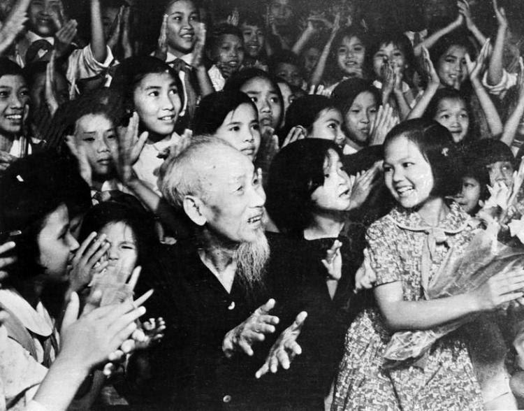 Nhân kỷ niệm Ngày Quốc tế Thiếu nhi 1/6, tối 31/5/1969, tại Phủ Chủ tịch, Chủ tịch Hồ Chí Minh cùng thiếu nhi Thủ đô xem biểu diễn văn nghệ chào mừng Bác. (Ảnh: TTXVN)